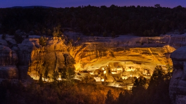 Abandonned more than 700 years ago, the cliff dwellings built by the Anazasi peoples are part of the landscape now.