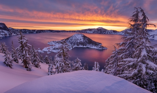 Crater Lake, in Oregon, is one of the snowiest isolated places in United States. We went to spend the night at the edge of the crater and between two snow storms, we had the lights show !