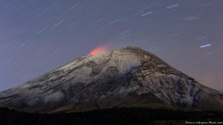 From the Cortez Path, we can admire the light of the lava into the Popocatepetl crater. The Popocatepetl is ths secong highest volcano in Mexico, it is 5426 meters high.